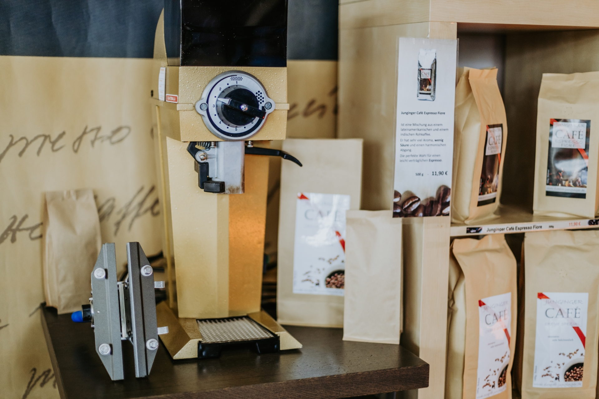 Ausstellung. Unsere Kaffeemühle. Leckeren Kaffee auch gemahlen für Ihre Kaffeemaschine.