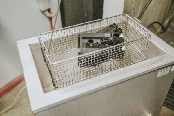 Werkstatt. Komponenten werden im Ultraschallbad gereinigt.